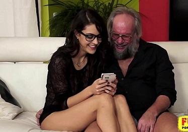 Imagen Carolina Abril enamorada del sexo con su viejo vecino