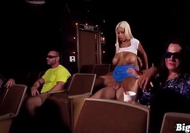Imagen Bridgette B se pone cachonda en el cine rodeada de personas