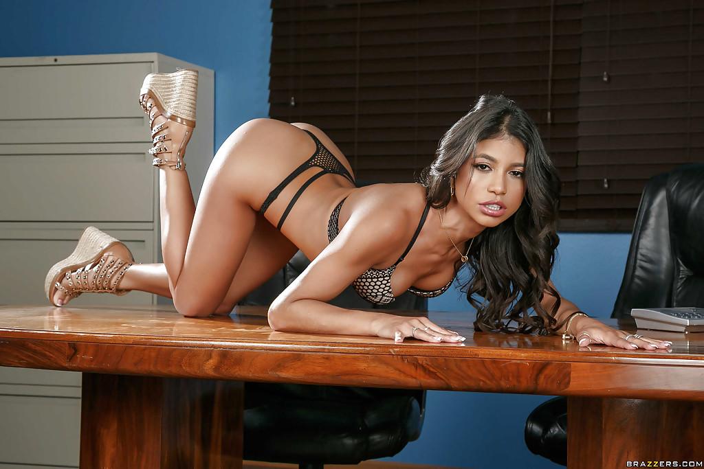 Imagen Verónica Rodriguez se desnuda en el despacho del jefe
