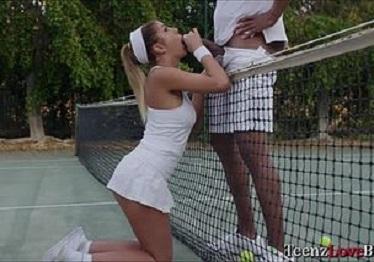 Imagen August Ames cambia la raqueta de tenis por una polla enorme