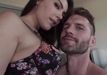 Imagen Valentina Nappi le come el culo a su nuevo amante