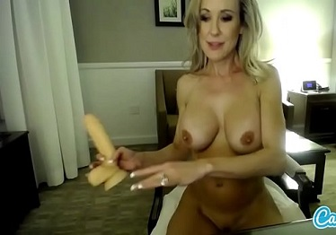 Imagen Brandi Love se conecta a la webcam mientras permanece en casa