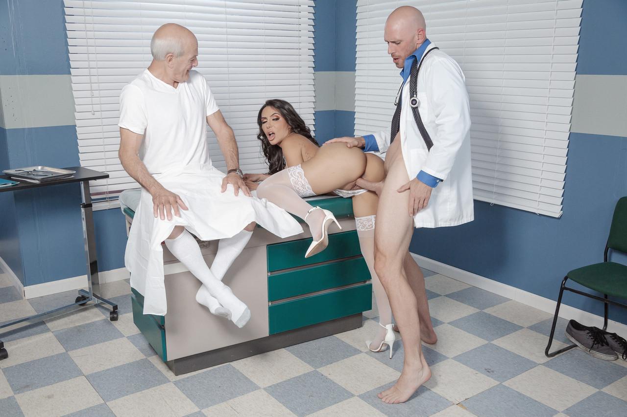 Imagen La enfermera y el doctor tienen sexo delante de un paciente