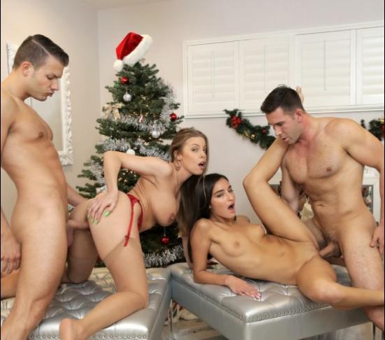 Imagen Emily Willis y Britney Amber dan juntas la bienvenida a la navidad