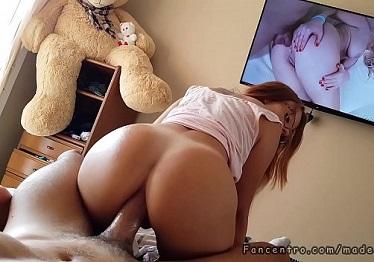 Imagen Me la follo por el culo mientras vemos porno en la tele