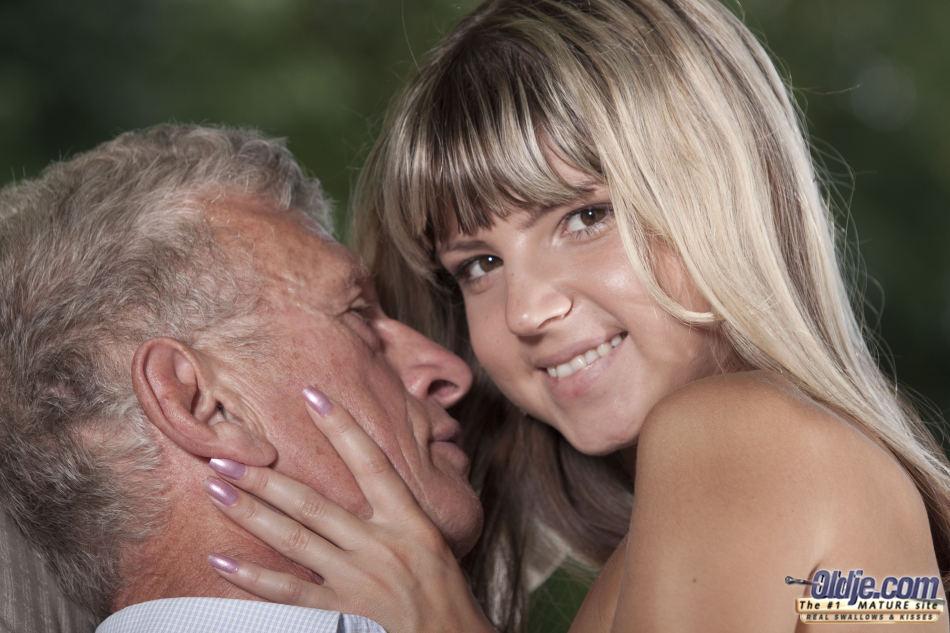 Imagen A Gina Gerson le encanta hacerle compañía a su viejo abuelito